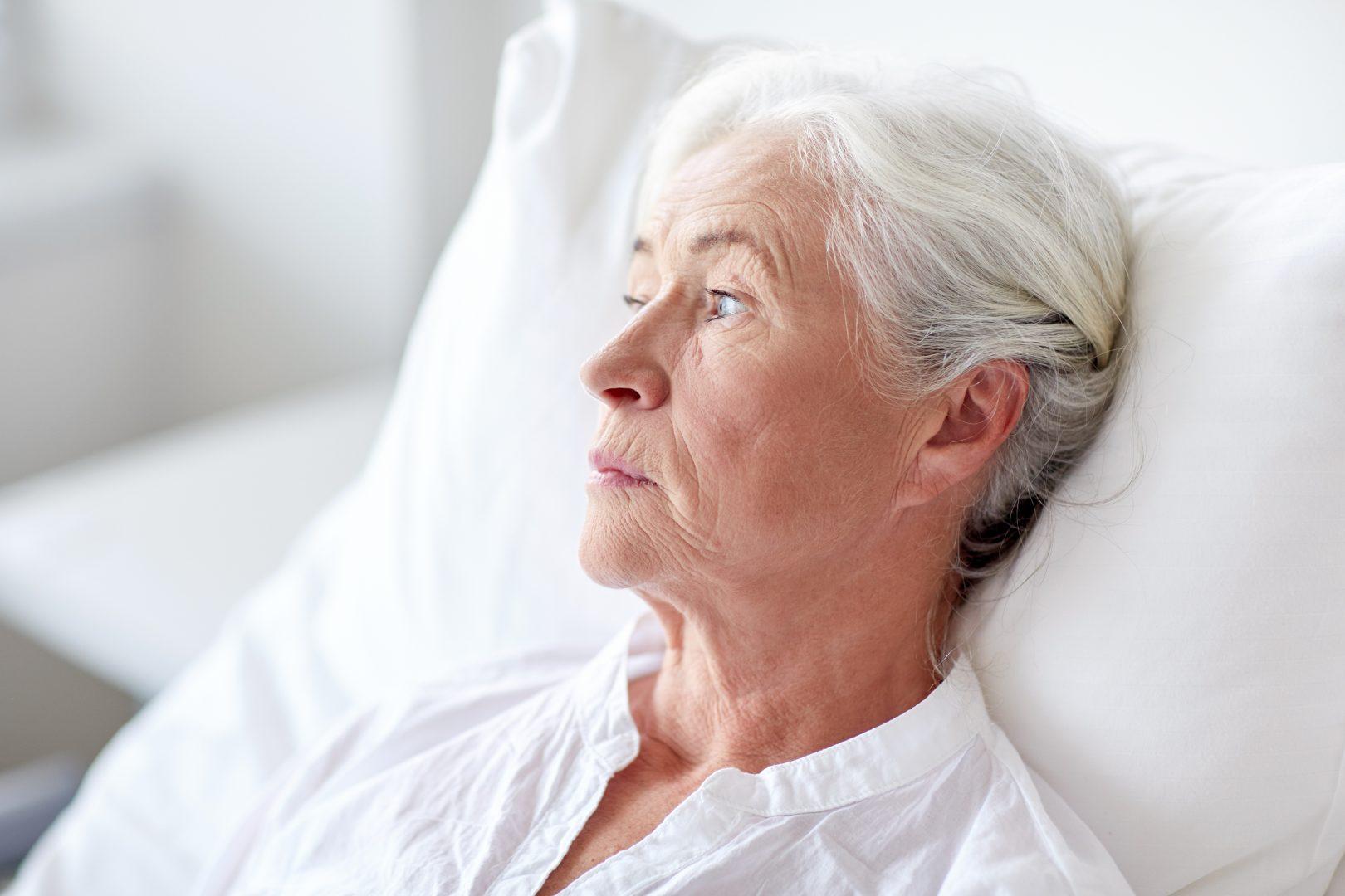Oudere vrouw kijkt weg