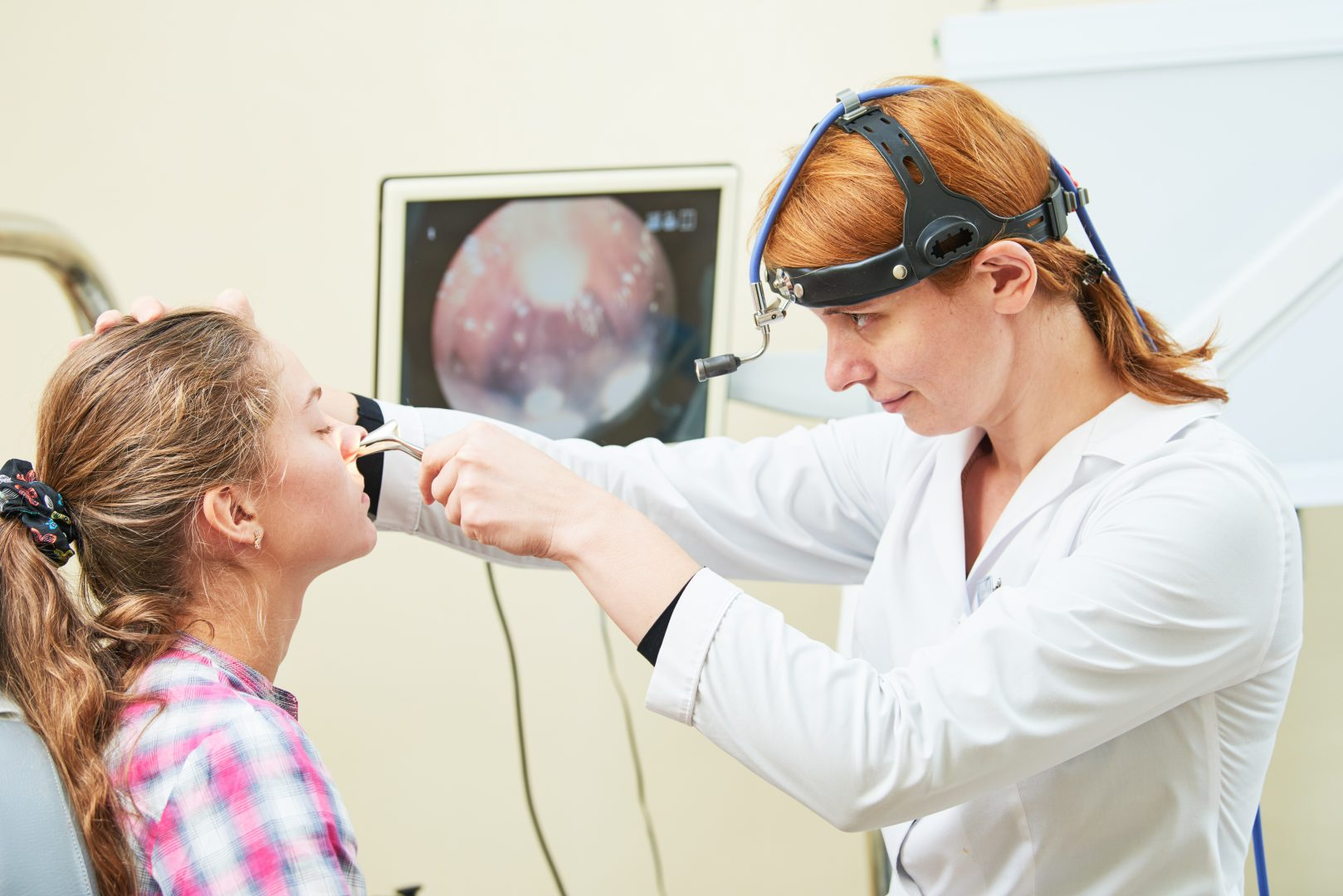 Arts onderzoekt binnenkant neus patient